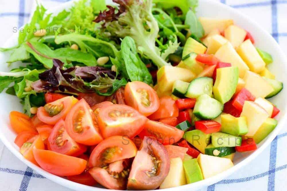 Avacado,apple,tomato and mixed green salad
